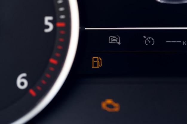 車の中でスピードメーターのショットを閉じる