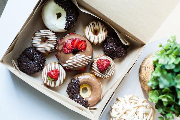 ボックスにカラフルなドーナツ