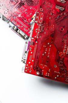 印刷された赤いコンピューター回路基板のクローズアップ