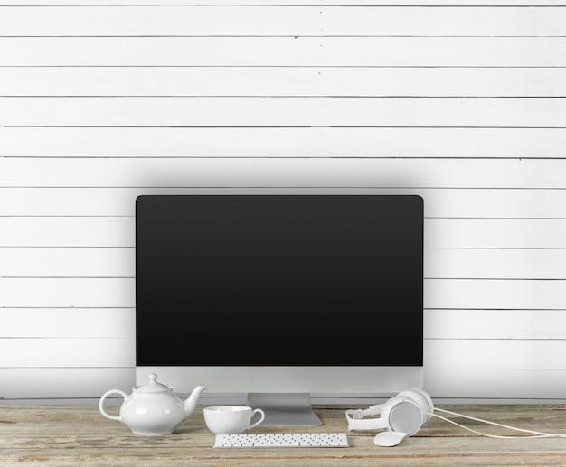 オフィスのインテリアに空白の画面を持つコンピューターのディスプレイ。