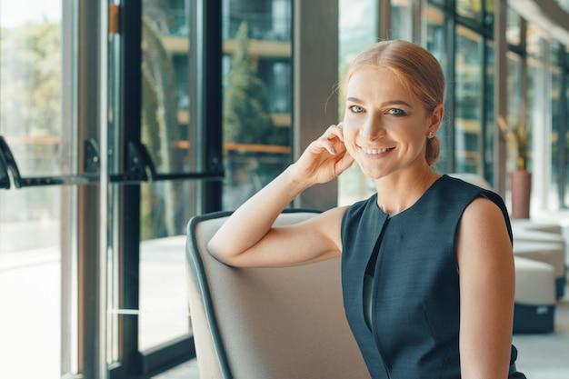オフィスで現代のビジネス女性