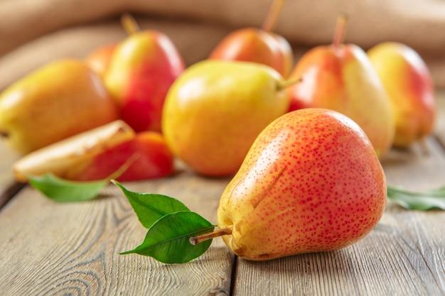 Спелые груши на деревенском деревянном столе