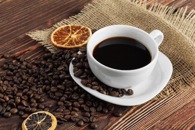 Кофейная чашка и кофейные зерна