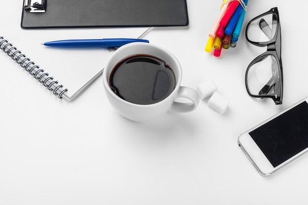 ホワイトオフィスデスクテーブル、ビジネスと教育のコンセプト