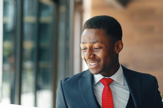 彼のオフィスで黒人実業家