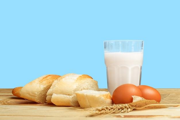 パンと牛乳のテーブル