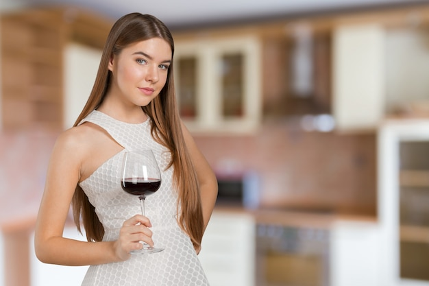 ワイングラスを持った美しいモデルの肖像画