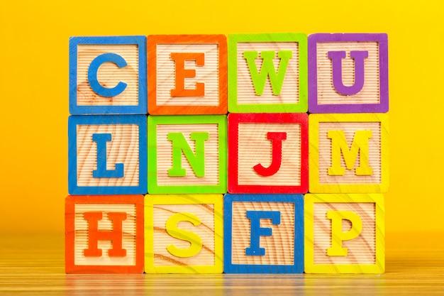 文字と木製のアルファベットブロック