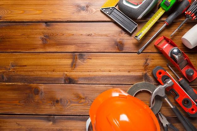 木材の背景に各種作業工具