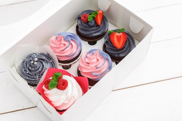 色付きのおいしいカップケーキ。お祝い、誕生日