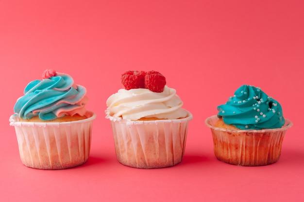 ピンクのおいしいカップケーキお菓子をクローズアップ