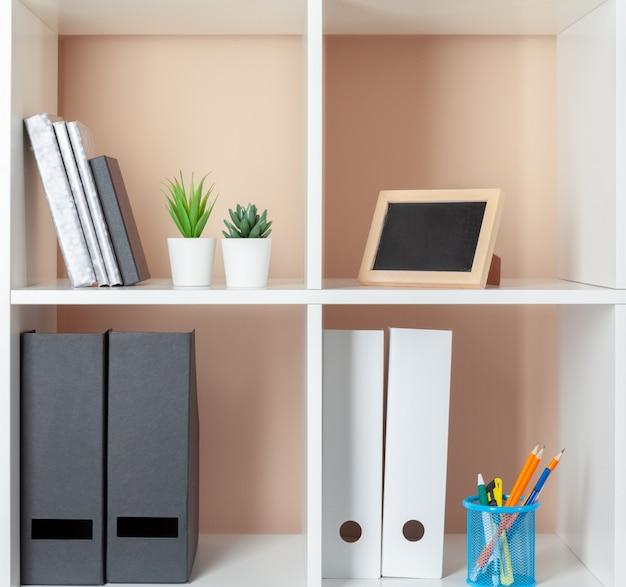 ファイルフォルダー、オフィスの棚の上に立って