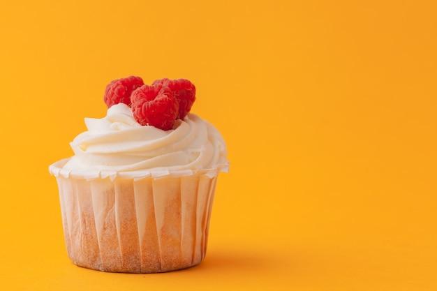 黄色のアイシングでおいしいカップケーキ