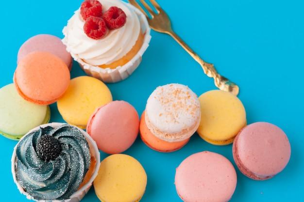 様々なフォンダンカップケーキを食べる準備ができて - 明るくカラフルなセット