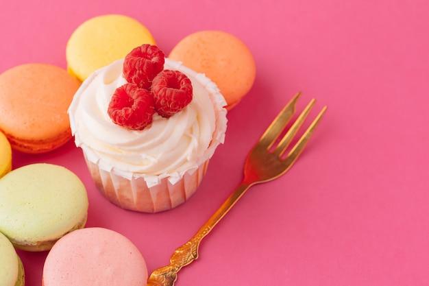 淡いピンクのおいしい甘いカップケーキ