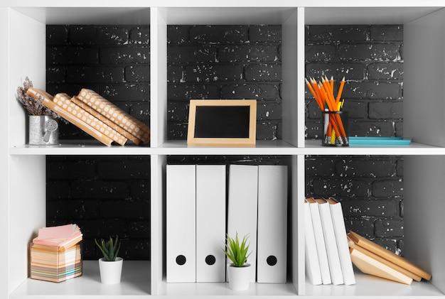 ホームオフィスの作業スペースアクセサリーと白い棚
