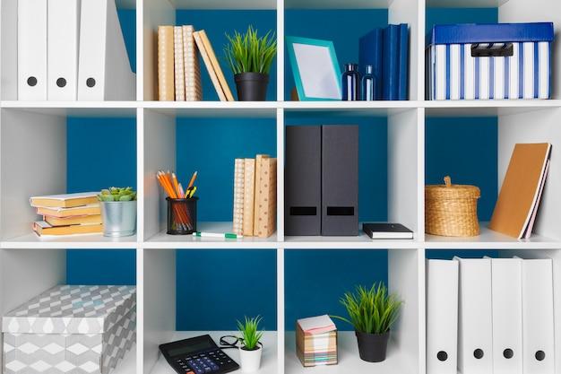 白い文房具と白いオフィスの棚、クローズアップ