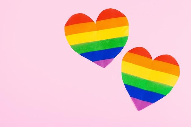 紙の上面に虹の紙のハート