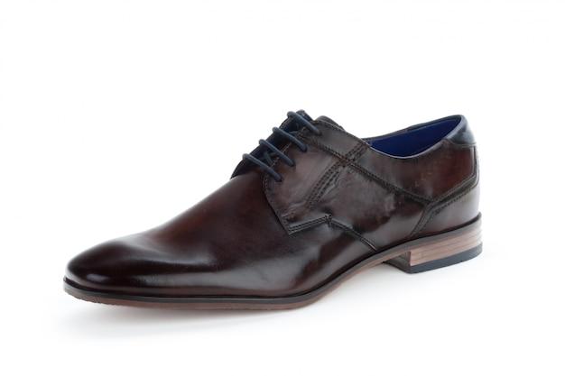 Коричневые формальные мужские кожаные туфли, изолированные на белом