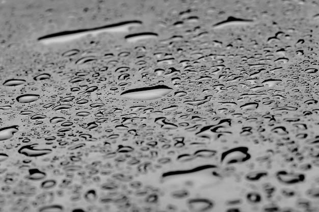 黒い床に水滴がしぶき