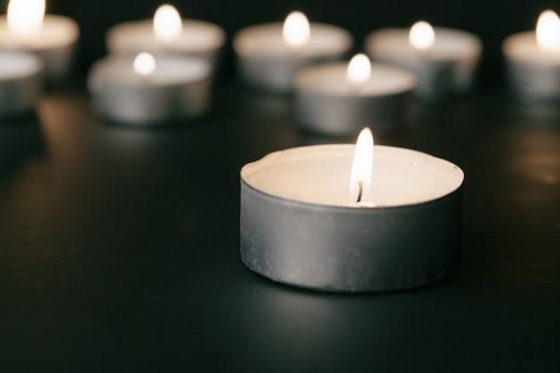 Горящие свечи ночью. белые свечи в темноте