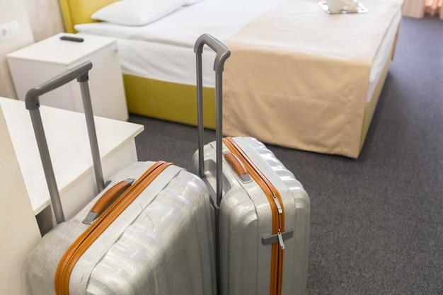 モダンなホテルの部屋のスーツケースやラゲッジバッグ