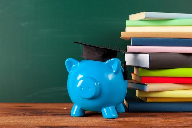 黒板とピンクの貯金箱で研究テーマ