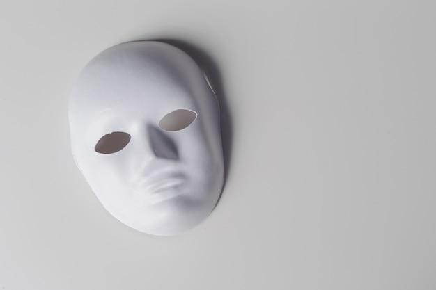 白いマスクをクローズアップ