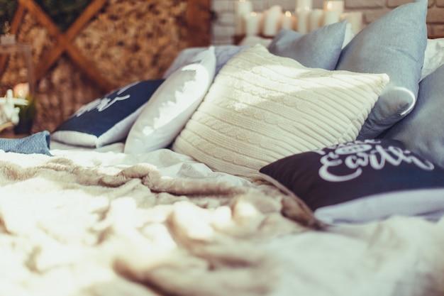 クリスマスのインテリアの寝室。居心地の良いスタイリッシュなモダンな部屋