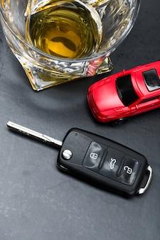 おもちゃの車と白で隔離ウイスキーメタファークラッシュ事故のガラス