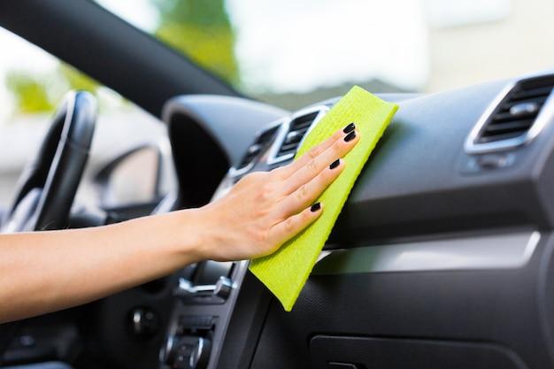 マイクロファイバーの布で車を掃除する手