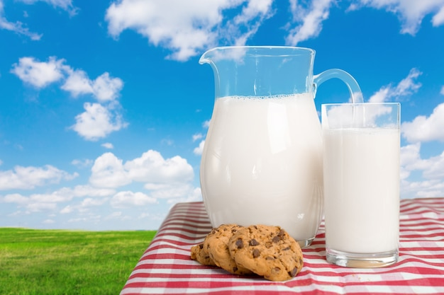 コートのテーブルの上の牛乳