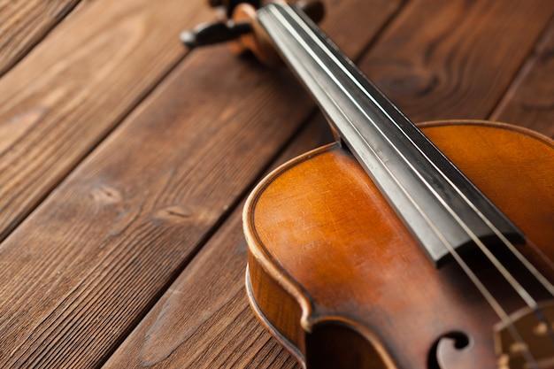 Скрипка на деревянном текстурированном столе