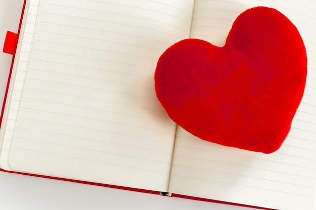 赤いハートとノート