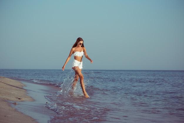 ビーチを歩いて女性