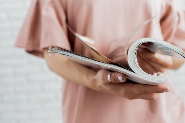 Женщина читает журнал