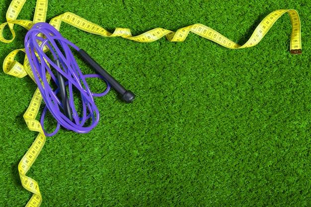 芝生の上で縄跳び。