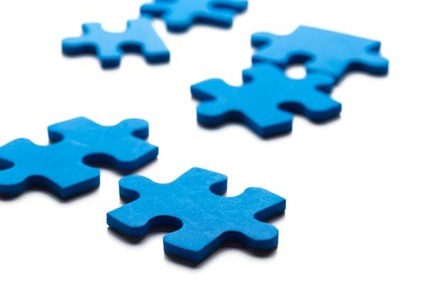 白いテーブルの上の青いパズル