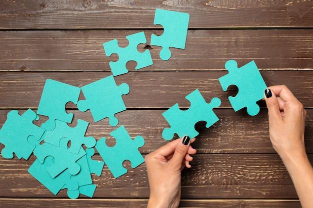 Руки держат кусочки головоломки, бизнес-концепцию