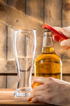 Стеклянная бутылка пива и открывашка