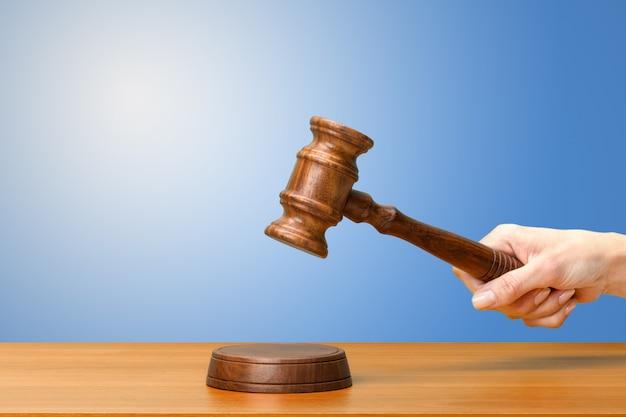誰かの手持ち株の木製の法律の小槌