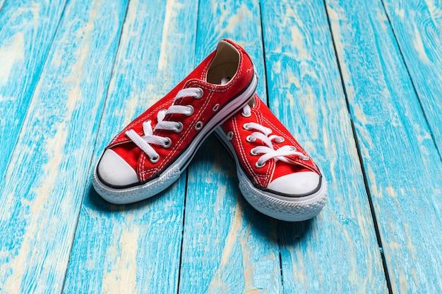 Красные кроссовки на деревянном