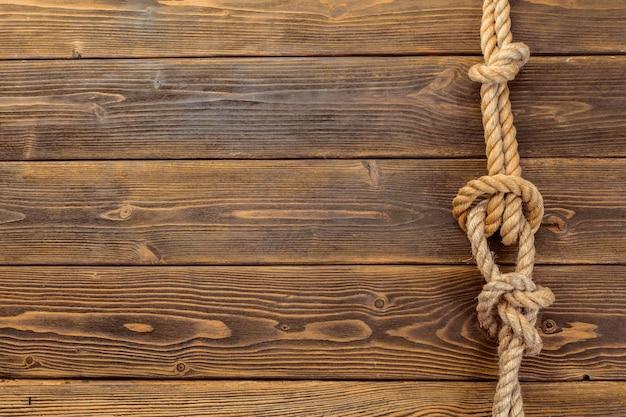 木の板にロープ結び目