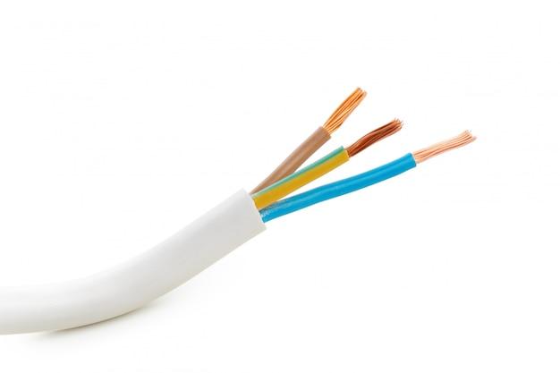 白で隔離される多くのワイヤーと電気上映ケーブル