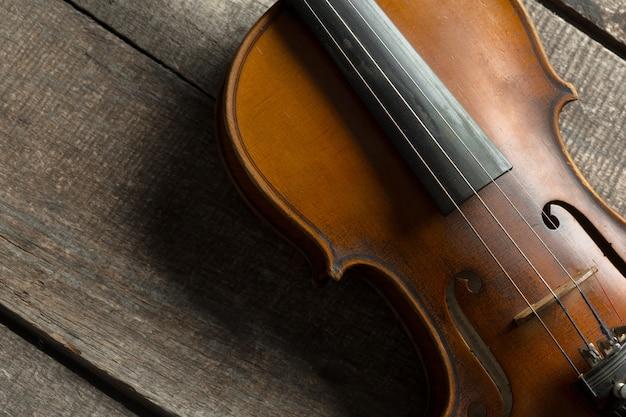 木製の織り目加工テーブルの上のバイオリン