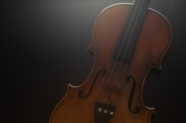 黒の上の古いバイオリン