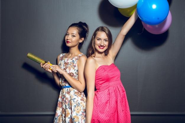 パーティーを持つ陽気な美しい若い女性