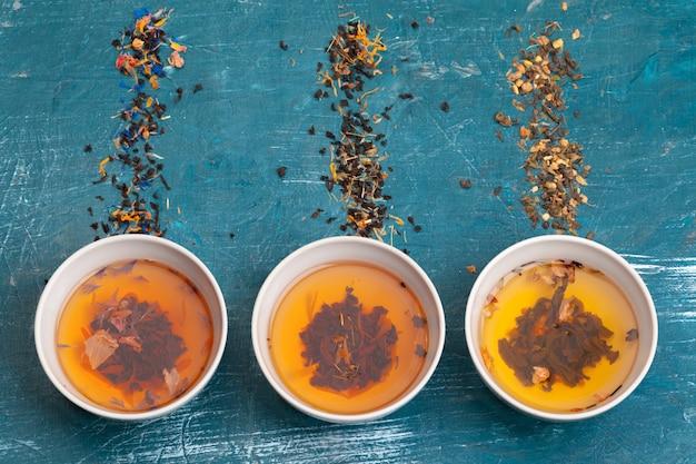 お茶のコンセプトです。セラミック製のボウルに入ったさまざまな種類のドライティー