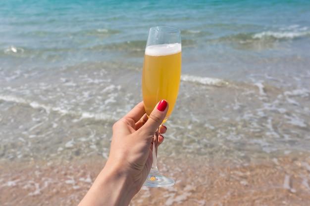 Бокал вина на пляже