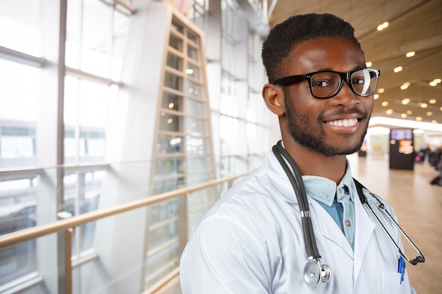 アフリカ系アメリカ人の医師の男。